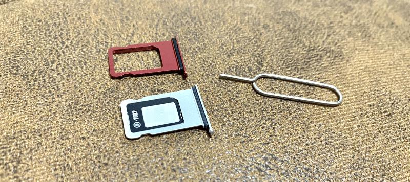 SIMカードの見本。ピンで挿してスマホの中のスロットに挿れる。